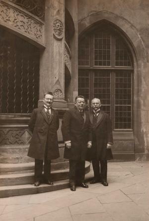 Friedrich Ebert mit Paul Löbe (li.) und Georg Voigt (re.) in Ffm.