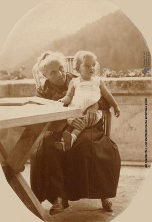 Marie Fillunger mit einem unbekannten Kind